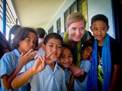 Frivillig sammen med elevene sine utenfor klasserommet på Samoa