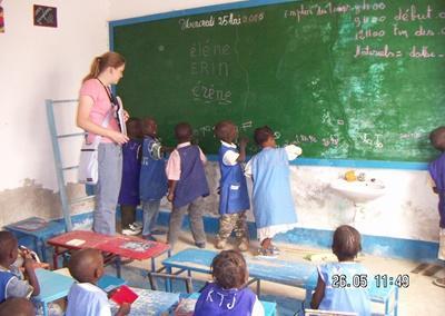 Frivillig underviser i engelsk for barn på en skole i Senegal