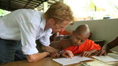 Frivillig på undervisningsprosjektet på Sri Lanka jobber med munker