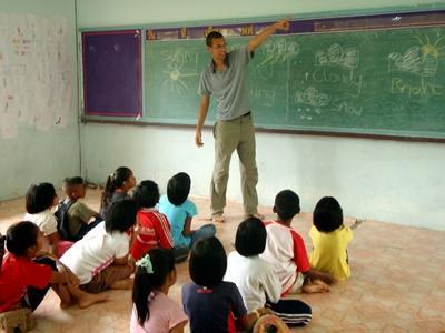 Frivillig underviser små barn på en skole i Thailand