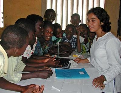 Frivillig jobber med en gruppe barn på en skole i Togo