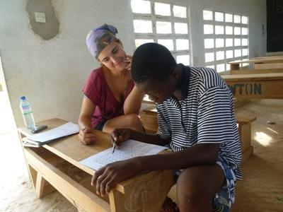 Frivillig gir veiledning i frask til en mann på et Undervisningsprosjekt i Togo