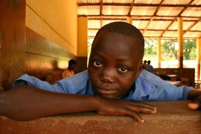 Lokal gutt på en skole i Ghana på undervisningsprosjektet