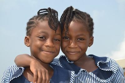 Lokale jenter i Ghana i skoleuniformer på undervisningsprosjektet