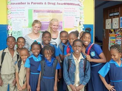 Frivillige i et klasserom med elever på en skole på Jamaica, Karibien