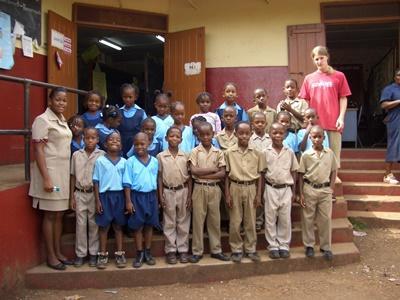 Frivillig sammen med klassen sin på undervisningsprosjektet på Jamiaca, Karibien