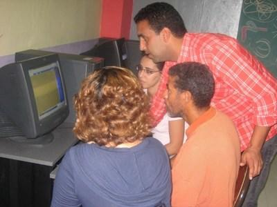 Frivillig lærer underviser i data til elever på en skole i Marokko, Nord-Afrika