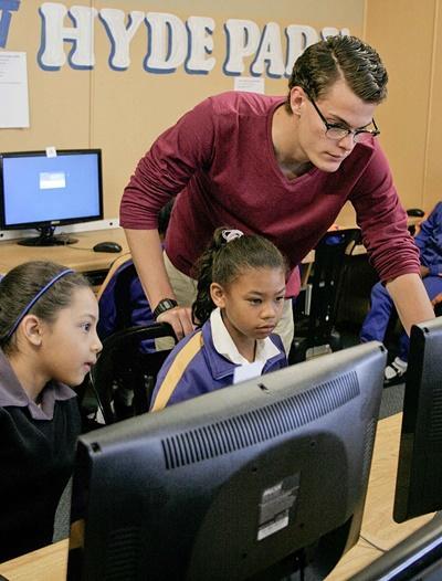 Frivillig gir IT-undervisning til barn på skoler i Sør-Afrika
