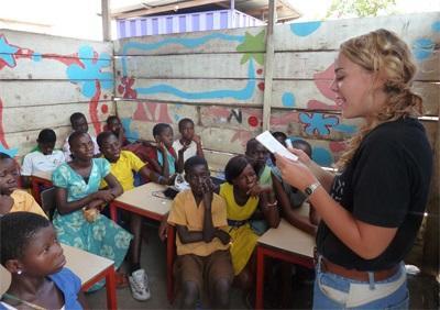Frivillig på et Undervisningsprosjekt som gjør lærerike aktiviteter med skolebarn utenlands