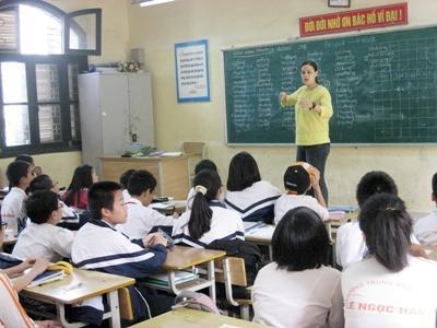Frivillig lærer bort nye ord til elever på en skole i Vietnam
