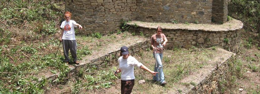 Ungdomsfrivillige som jobber på et arkeologiprosjekt i utlandet