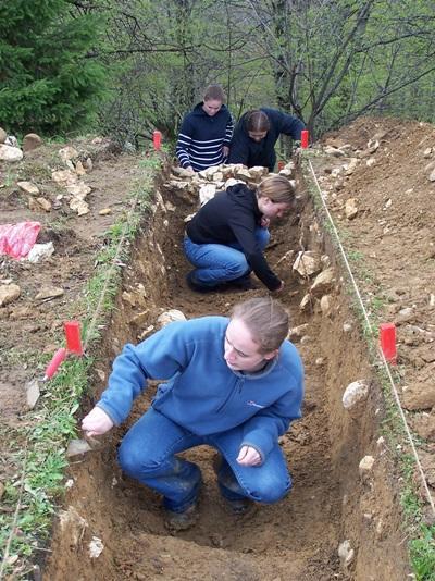 Ungdomsfrivillige som graver etter gamle gjenstander i Romania