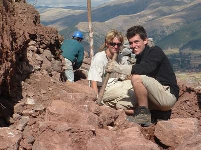 Ungdomsfrivillige som graver på et arkeologiprosjekt i den Hellige Dal i Peru