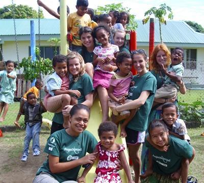 Frivillige og ansatte leker med barn på lekeplassen lokalsamfunnprosjektet på Fiji