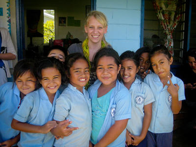En frivillig sammen med elever på den lokale barneskolen
