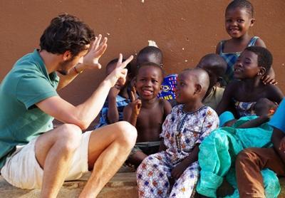 Frivillig lærer tall til en gruppe barn på Ungdomsfrivillig i Togo