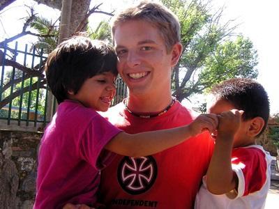 Ungdomsfrivillige sammen med argentinske barn på barneprosjektet