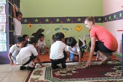 En Projects Abroad frivillig Barn lærer å danse på vårt barn & ungdom-prosjekt på Galapagos