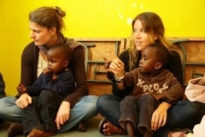 To frivillige sammen med barn på ungdomsfrivilligprosjekt med barn og lokalsamfunn i Kenya
