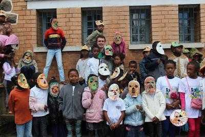 En gruppe barn med selvlagde masker på skole i Madagaskar