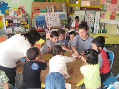 Ungdomsfrivillig i aktivitet med barn på et omsorgsenter i Marokko