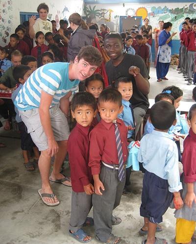 Ungdomsfrivillig sammen med en barneklasse på en skole i Nepal