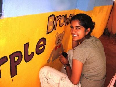 Ungdomsfrivillig maler dyr på skolevegger