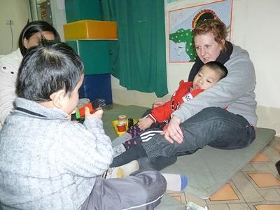 Ungdomsfrivillig bygger lego sammen med barn på et dagsenter på prosjektet med barn og lokalsamfunn i Vietnam