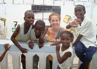 Frivillig  som leker med barn utendørs på prosjekt med barn og lokalsamfunn