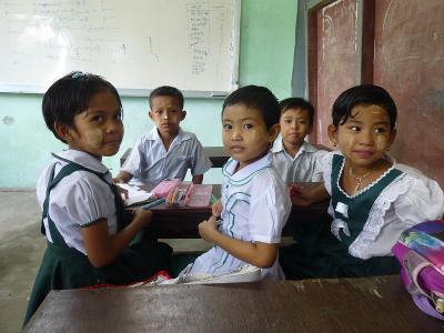 En gruppe skoleelever på Ungdomsfrivillig i Myanmar