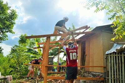 Projects Abroad-ungdomsfrivillige på Byggeprosjektet på Filippinene bygger skoler i San Remigio