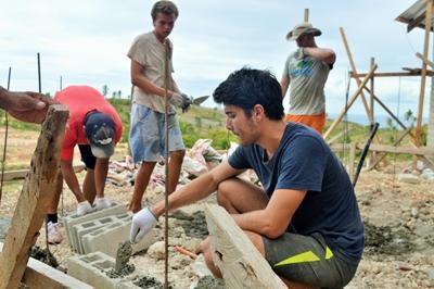 Ungdomsfrivillige med Projects Abroad på Byggeprosjektet på Filippinene bidrar i arbeidet med å bygge skoler i San Remigio