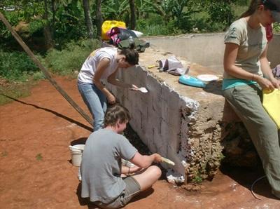 Ungdommer som bidrar med bygging i en landsby på Jamaica