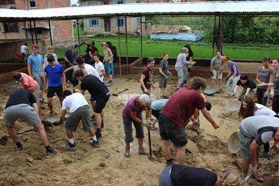 Ungdomsfrivillige bygger opp en ødelagt skole på gjenoppbyggingsprosjektet i Nepal