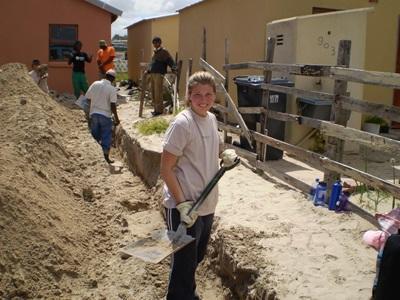 Ungdomsfrivillige hjelper til med husbygging i Sør-Afrika