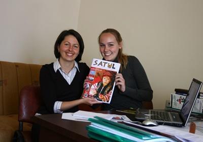 Ungdomsfrivillige i Romania poserer med sitt publiserte magasin på journalistikkprosjektet