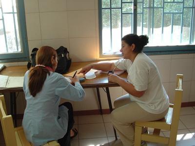 Ungdommer jobber én-til-én med lokale klienter innenfor problemstillinger om menneskerettigheter i Argentina