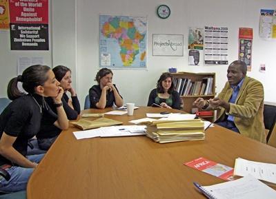 Ungdomsfrivillige i møte med ansatte på juss- og menneskerettighetprosjektet i Sør-Afrika