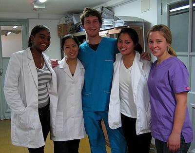 Ungdomsfrivillige i arbeidsantrekk på et sykehus i Argentina