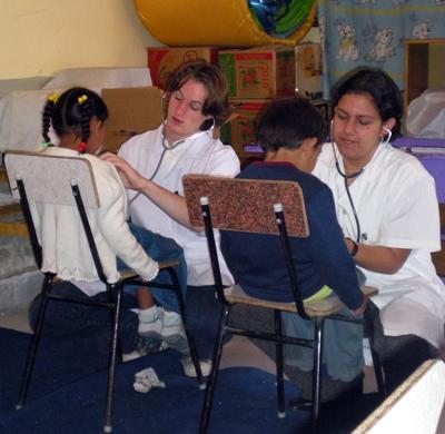 Ungdomsfrivillige gjør helseundersøkelser i Bolivia
