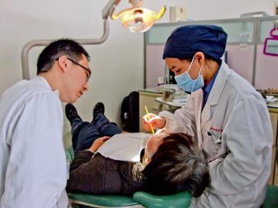 Ungdomsfrivillige observerer en tannlege på tannhelseprosjektet i Sri Lanka