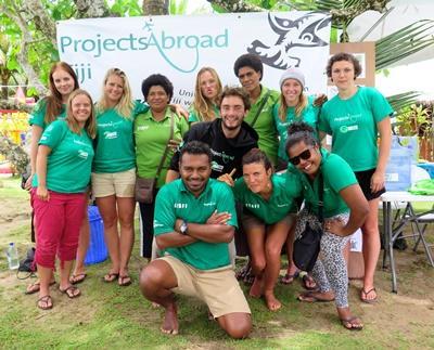 Gruppe med frivillige på Habevaringprosjekt på Fiji