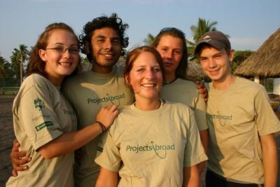 Ungdomsfrivillige på skilpaddeprosjekt med spansk i Mexico