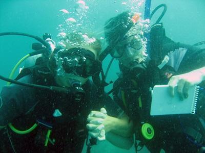 Ungdomsfrivillige på natur- og miljøprosjektet i Kambodsja som arbeider under vann