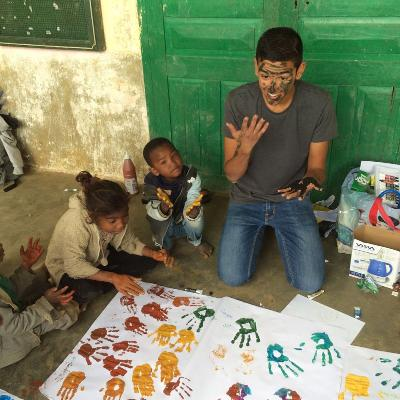 Frivillig har ansiktsmaling med barn på Ungdomsfrivillig på Madagaskar