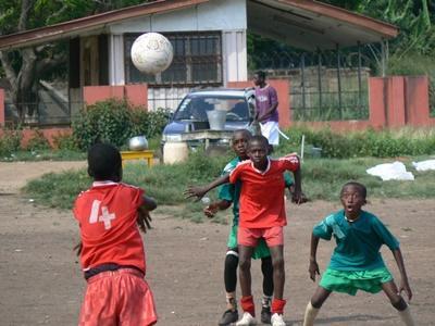 Ungdomsfrivillig som trener skoleelever på et Sportprosjekt i Ghana