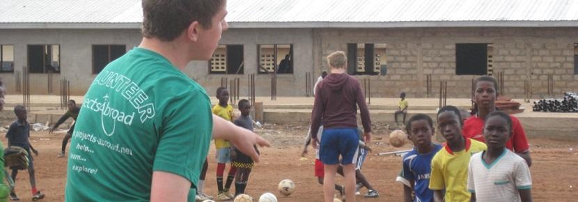 Ungdom som trener sport i en skoleferie på et prosjekt med Projects Abroad