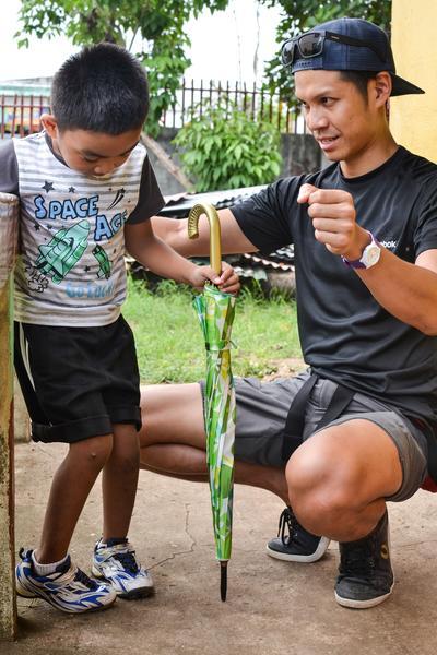 En ung gutt får fysioterapibehandling av en lokal fysioterapeut på Filippinene