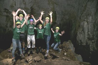 En gruppe ungdomsfrivillige i en av grottene i nasjonalparken
