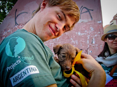 En Hesteterapi og Lokalsamfunn hjelper til på en hesteterapitime på senteret i Cochabamba, Bolivia.